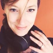 Jasmin Alsultan mit Kopfhörern auf einem Bild