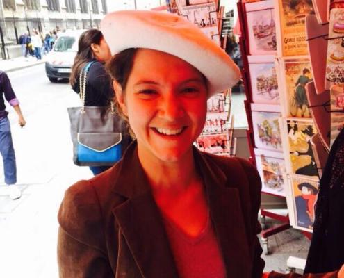 Nina Uitz steht vor einem Shop und lacht